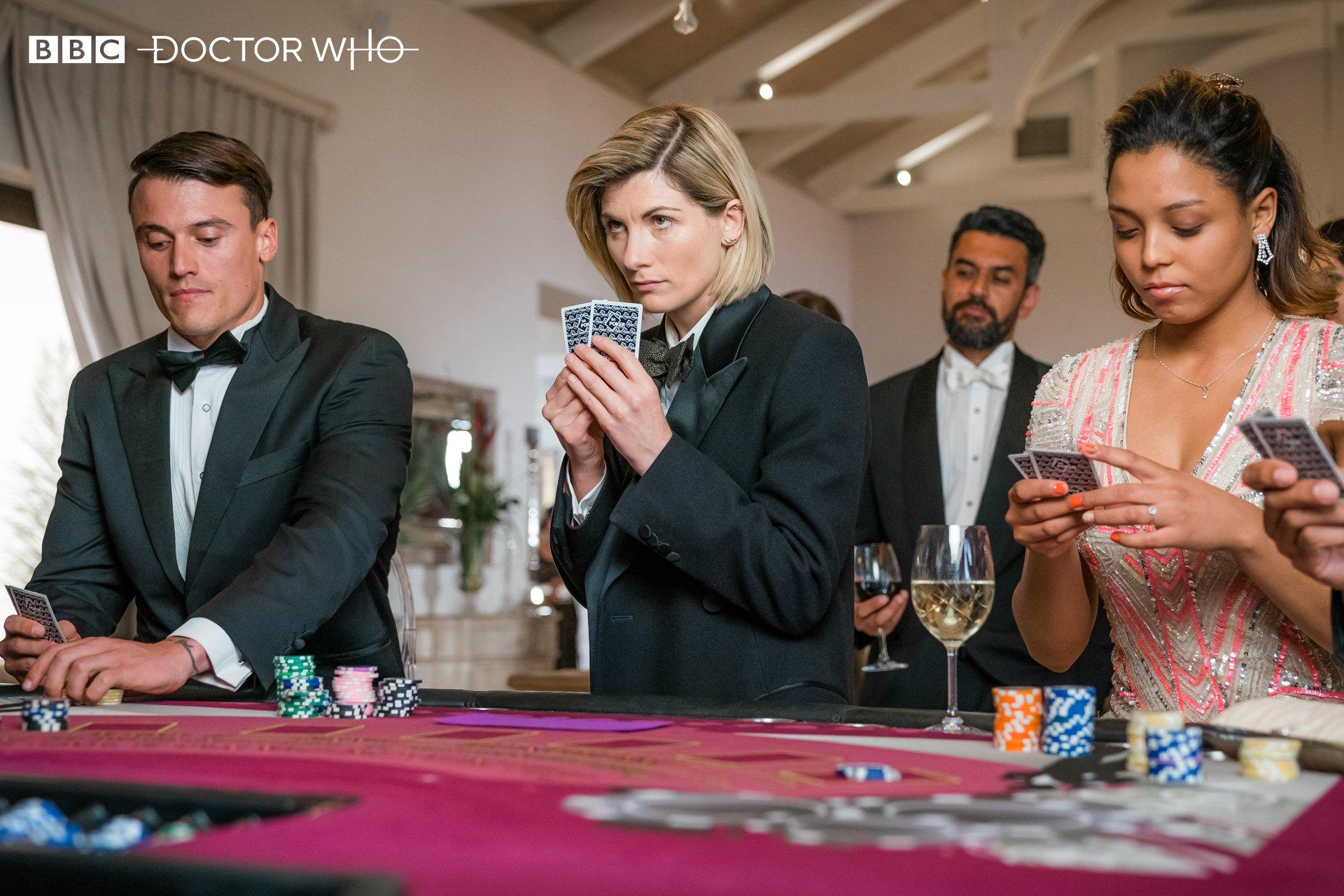 """Jodiw Whittaker jako Trzynasta Doktor. Kadr z pierwszej części historii """"Spyfall""""."""