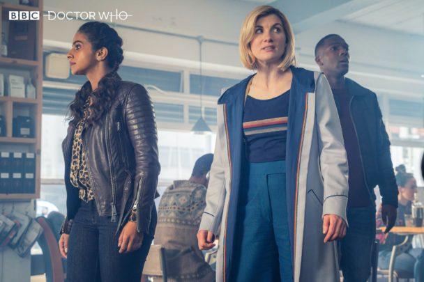 """Trzynasta Doktor (Jodie Whittaker), Yasmin Khan (Mandip Gill) oraz Ryan Sinclair (Tosin Cole). Kadr z 12 serii """"Doctor Who""""."""