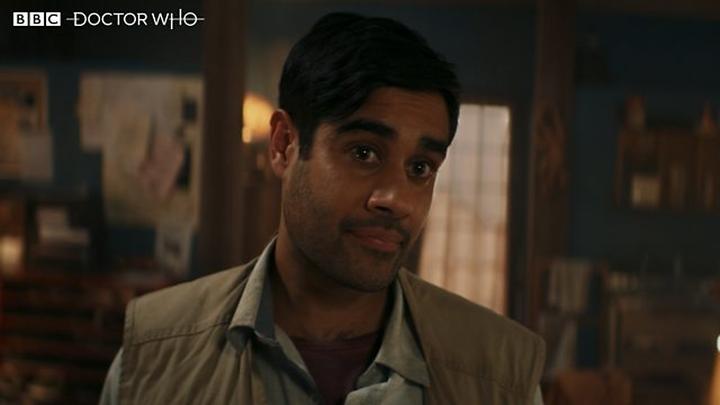 """Sacha Dhawan jako O. Kadr z pierwszej części odcinka """"Spyfall""""."""