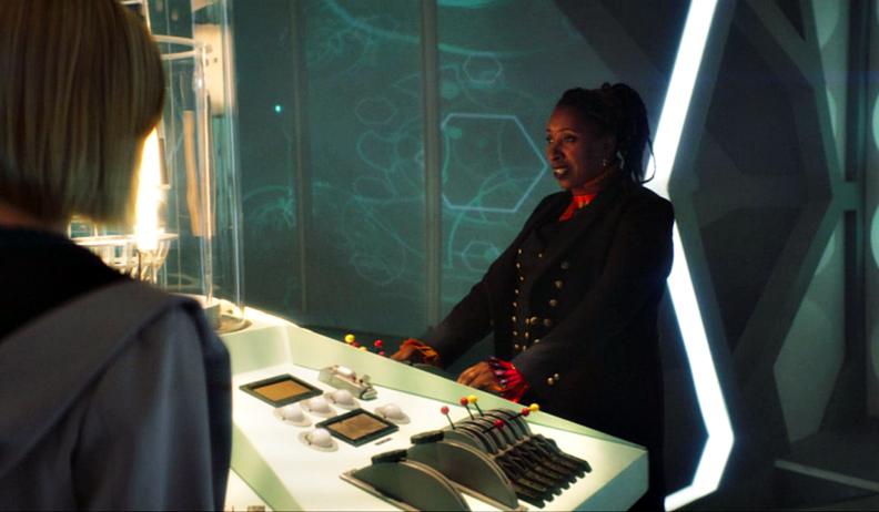 Jo Martin jako Doktor w TARDIS