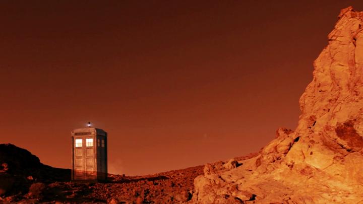 TARDIS na tle pomarańczowrgo nieba Gallifrey w Spyfall