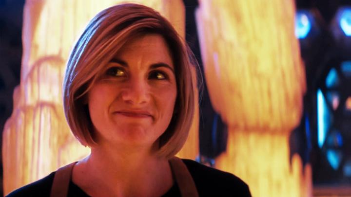 Jodie Whittaker jako Trzynasta Doktor na pokładzie TARDIS.