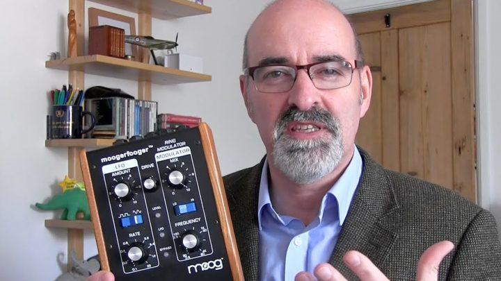 Nick Briggs i sprzęt, dzięki któremu staje się głosem Daleków.