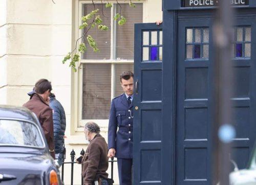 Harry Styles wchodzący do TARDIS na planie serii 13?